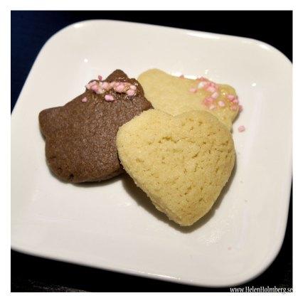 """Tre olika småbröd från """"Sju sorters kakor"""" från vänster skurna chokladbröd, brysselkex och främst drömmar"""